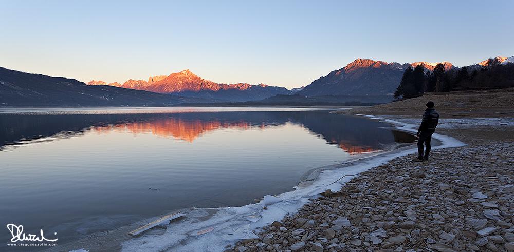 Osservando l'alba al Lago di Santa Croce