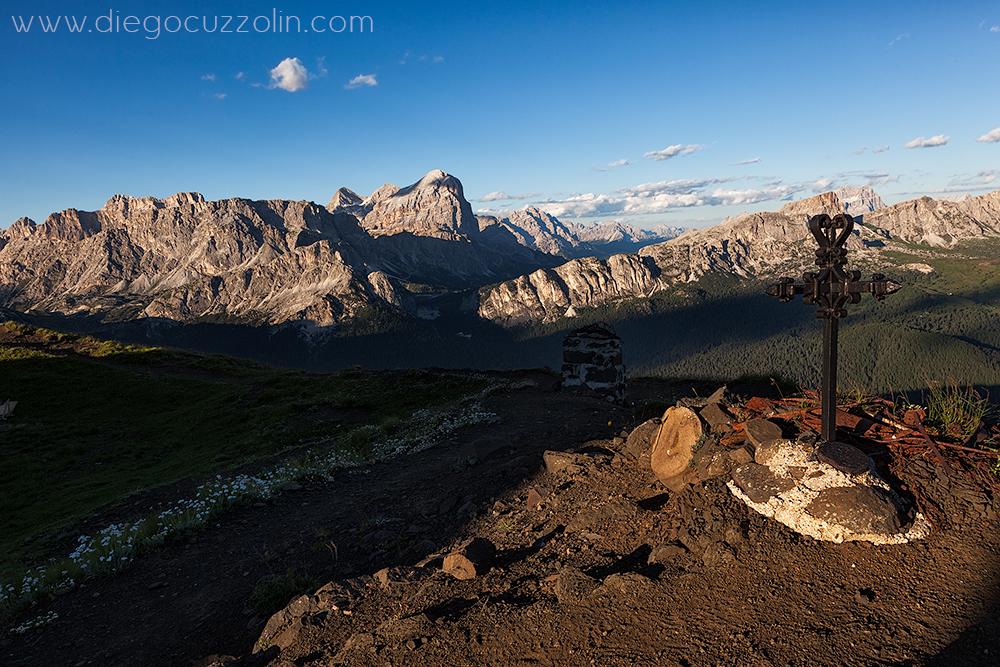 in vetta al Col di Lana, verso le Tofane; in ombra sulla sinistra il cratere della mina