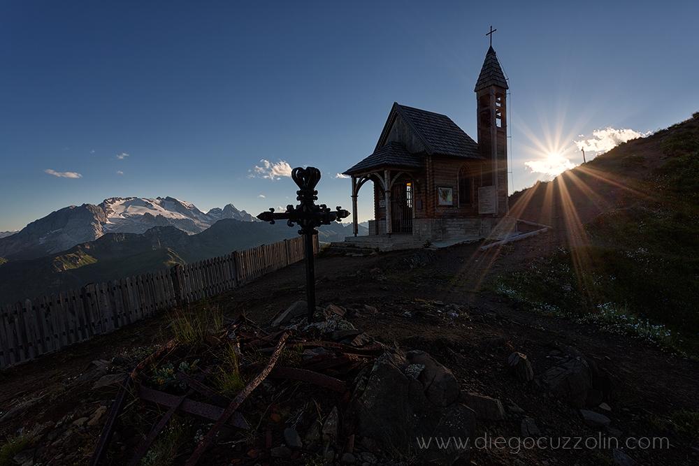 la Chiesetta del Col di Lana, in primo piano la vecchia croce del campanile, sullo sfondo la Marmolada