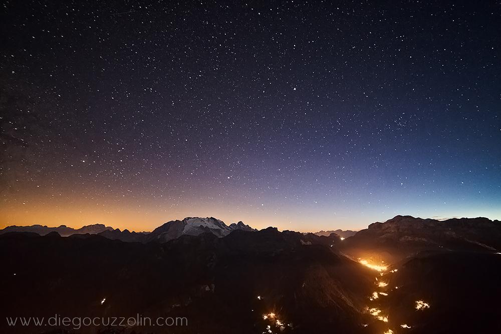 notturno verso Marnolada e Sella, con le luci di Arabba in basso a destra
