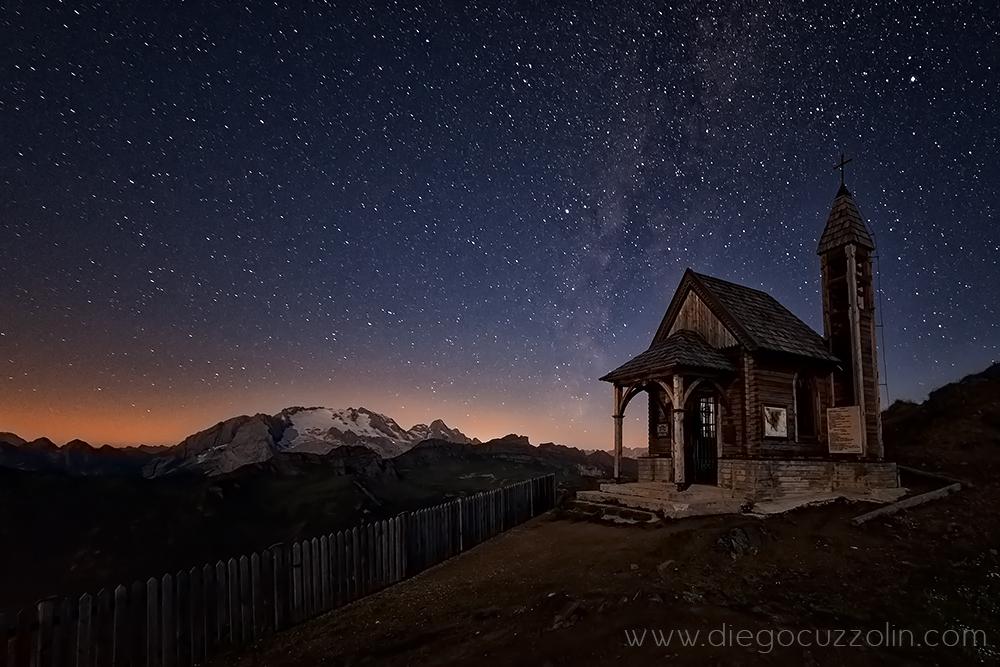 stelle veglianti sul Col di Lana: la Marmolada, la Via Lattea e la chiesetta