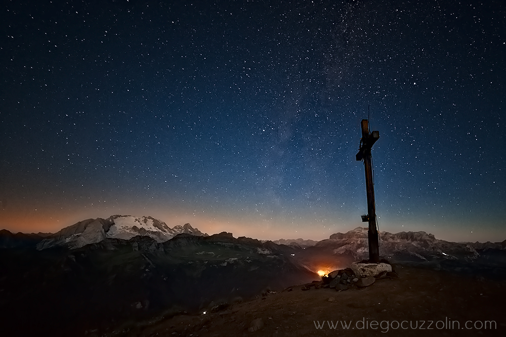 la Via Lattea sulla croce di vetta del Col di Lana