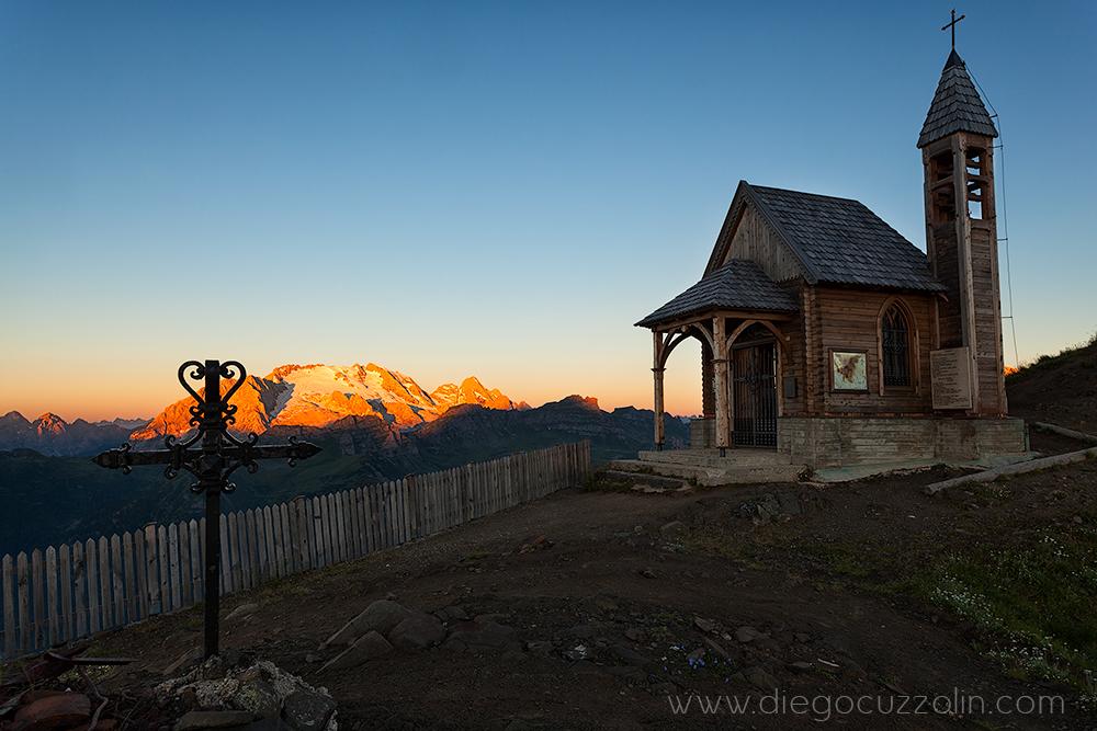 la chiesetta del Col di Lana osserva la Marmolada in tutto il suo splendore