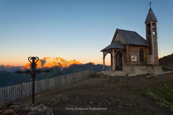 La chiesetta con la Marmolada illuminata dal primo sole