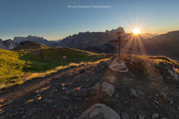 I primi raggi di sole inondano la cima del Col di Lana