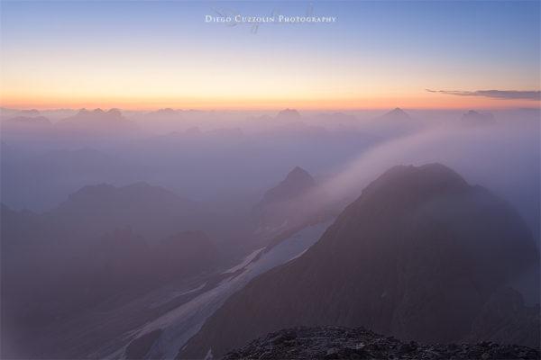 Le nebbie avvolgono le Dolomiti, prima dell'alba