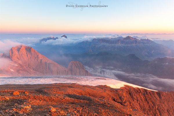 L'ambiente impressionante di Punta Penia all'alba, verso Sella e Sassolungo