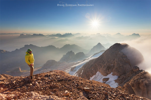 Moreno osserva il sole alzarsi sulle valli