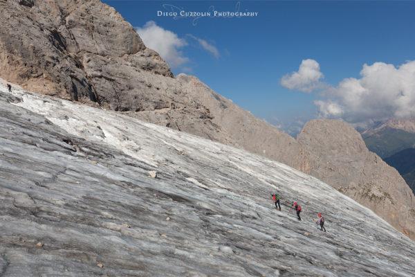 Una cordata risale il ghiacciaio