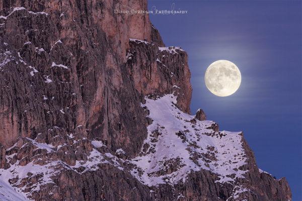 La luna spunta dalla cresta della Gusela del Nuvolao