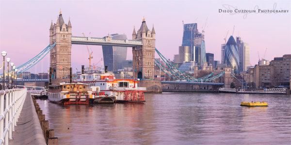 Alba al Butler's Wharf Pier, verso il Tower Bridge e la City