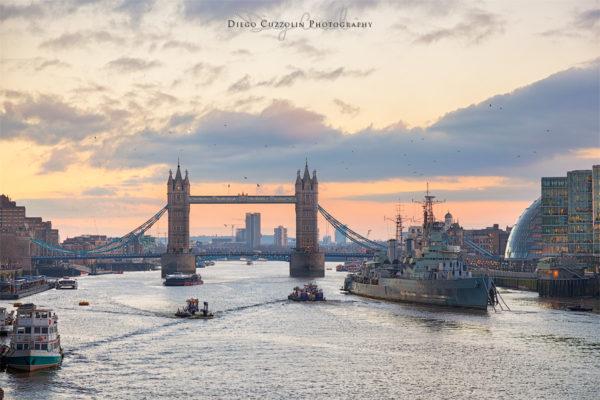 Il Tower Bridge e l'HMS Belfast al tramonto