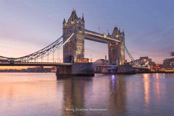 Il bellissimo Tower Bridge all'alba