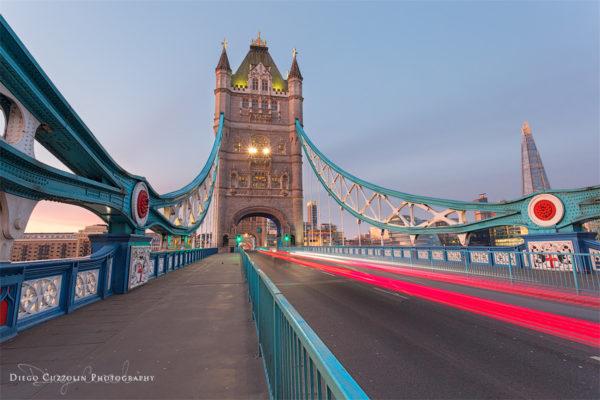 Light trails sul Tower Bridge