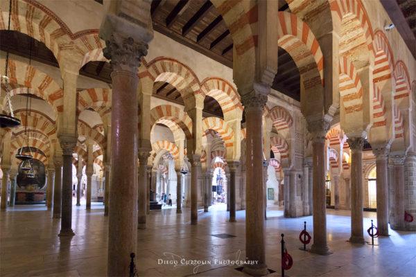 Le colonne e gli archi morareschi all'interno della Mezquita