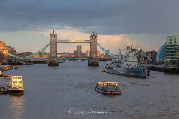 Contrasti sul cielo di Londra, oltre il Tower Bridge