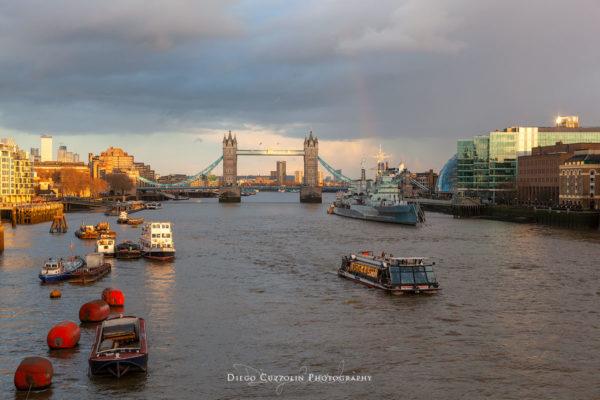 L'arcobaleno appare timidamente dietro l'HMS Belfast